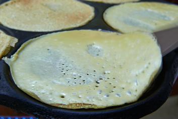 Filloas friéndose - Panadería Moscoso Moure