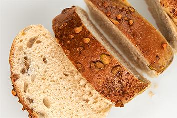 Corte de pan de pistachos - Panadería Moscoso Moure