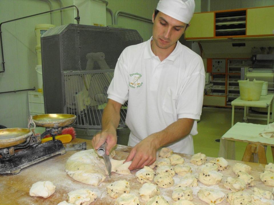 Guille Moscoso Moure durante o formado do pan de espelta con chocolate e laranxa, un dos pans que non deixa indiferente a ninguén tras probalo
