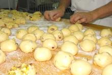 Formando as boliñas con pistachos, un pan ben diferenciado